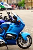 Het parkeren van de motorfiets met een paar fietsen Stock Foto