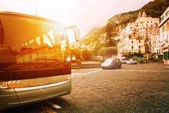 Het parkeren van de toeristenbus op populairste stadsvierkant van amalfi kust Royalty-vrije Stock Foto