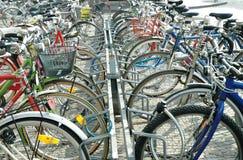 Het Parkeren van fietsen Stock Foto's