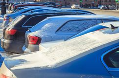 Het parkeren van gebruikte auto's in de winter Royalty-vrije Stock Afbeeldingen