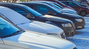 Het parkeren van gebruikte auto's in de winter Royalty-vrije Stock Afbeelding