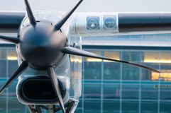 Het parkeren van het propellervliegtuig bij de luchthaven Royalty-vrije Stock Afbeelding