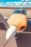 Het parkeren van het propellervliegtuig bij de luchthaven Stock Foto's