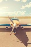 Het parkeren van het propellervliegtuig bij de luchthaven Stock Afbeeldingen