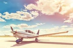 Het parkeren van het propellervliegtuig bij de luchthaven Royalty-vrije Stock Fotografie