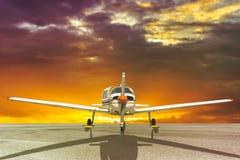 Het parkeren van het propellervliegtuig bij de luchthaven Stock Afbeelding
