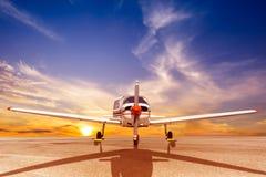 Het parkeren van het propellervliegtuig bij de luchthaven Royalty-vrije Stock Foto