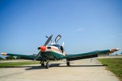 Het parkeren van het propellervliegtuig bij de luchthaven in zonnig Royalty-vrije Stock Foto's