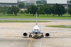 Het parkeren van het vliegtuig Stock Foto's