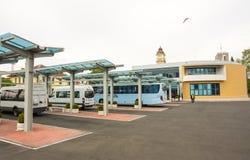 Het parkeren van interlokale bussen in het zuidelijke busstation Burgas, Bulgarije stock afbeelding