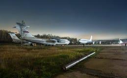 Het parkeren van oudere passagiersvliegtuigen bij nacht op een achtergrond van bos en sterren Stock Afbeelding