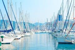 Het parkeren van varende jachten bij haven Stock Foto's