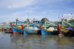 Het parkeren van visserijschoeners in de haven van Phan Thiet vietnam Stock Foto