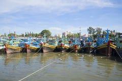 Het parkeren van vissersboten op de rivier Phan Thiet Royalty-vrije Stock Fotografie