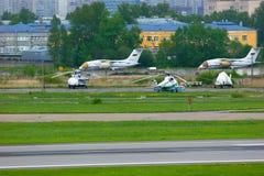 Het parkeren van vliegtuigen en helikopters in de Internationale luchthaven van Pulkovo in heilige-Petersburg, Rusland Royalty-vrije Stock Foto's