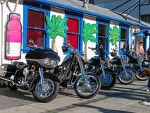 Het parkeren van zwarte motoren op de straat Royalty-vrije Stock Afbeeldingen