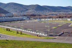 Het parkeren voor voertuigen dichtbij het Sportencentrum van de Arena van het Platinaijs in de Stille buurt daagt, gebouwd voor d royalty-vrije stock foto