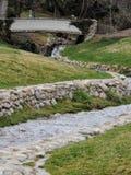 Het Parkmeningen van het geheugenbosje van Watervallen en stromen in een klein die vijver of een meer leiden door wegen wordt omr stock fotografie