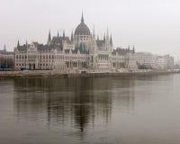 Het Parlement in de Mist, Boedapest, Hongarije Stock Foto's