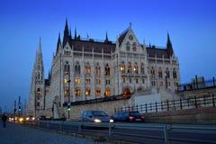 Het Parlement de straat Boedapest van de de bouwnacht Stock Fotografie