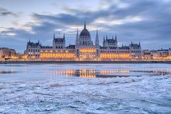 Het Parlement die van Boedapest frontale mening in de winter bouwen royalty-vrije stock afbeeldingen