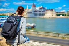 Het parlement die van Boedapest jonge meisjesreiziger bouwen royalty-vrije stock afbeelding