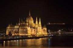 Het Parlement die van Boedapest laat - nacht bouwen stock fotografie