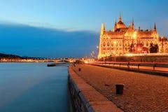 Het Parlement die van Boedapest zijaanzicht bouwen bij nacht royalty-vrije stock foto's