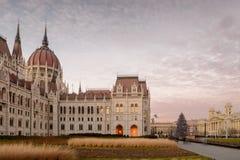 Het Parlement die zijaanzicht, Boedapest bouwen royalty-vrije stock afbeelding