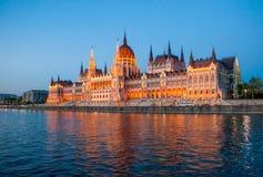 Het Parlement door de rivier Stock Fotografie
