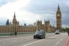 Het Parlement en de brug van Westminster stock afbeeldingen