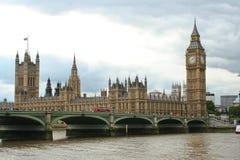 Het Parlement en de brug van Westminster stock fotografie