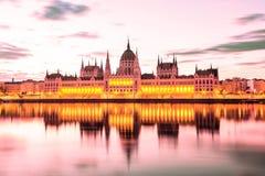 Het Parlement en rivieroever in Boedapest Hongarije tijdens zonsopgang Beroemd oriëntatiepunt in Boedapest stock fotografie