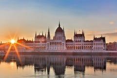 Het Parlement en rivieroever in Boedapest Hongarije tijdens zonsopgang met zonnestralen stock fotografie