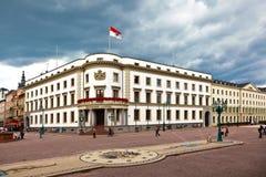 Het Parlement (Landtag) van Hesse in Wiesbaden, Duitsland in donkere clou Royalty-vrije Stock Afbeeldingen