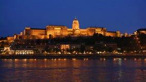 Het Parlement van Boedapest bij nacht stock videobeelden