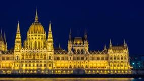Het Parlement van Boedapest bij nacht van de rechteroever van Donau riverv- Boedapest, Hongarije wordt gezien dat royalty-vrije stock afbeelding