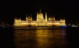 Het parlement van Boedapest bij nacht dichtbij de rivier van Donau Stock Afbeelding
