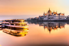 Het parlement van Boedapest bij zonsopgang, Hongarije Stock Afbeeldingen