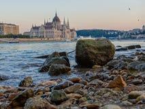 Het parlement van Boedapest en lage waterspiegel stock foto's