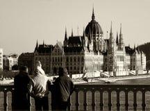 Het Parlement van Boedapest langs thr Donau Stock Afbeeldingen