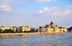 Het Parlement van Boedapest op de rivier van Donau Stock Foto's