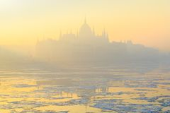 Het Parlement van Boedapest overzicht in gele de winternevel stock afbeeldingen