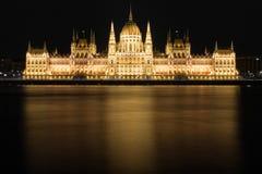 Het Parlement van Hongarije Donau wordt overdacht die Royalty-vrije Stock Foto
