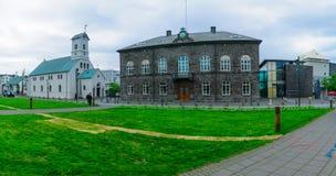 Het Parlement ( Althingi) Huis en de Kathedraal ( Domkirkjan) , Stock Foto