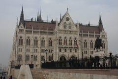 Het Parlementsgebouw in Boedapest met standbeeld van Telling Gyula Andrassy, Hongarije stock fotografie