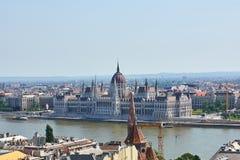Het Parlementsgebouw in Boedapest zoals die van over de rivier van Donau wordt gezien stock fotografie