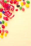 Het is Partijtijd met Lint en Jelly Bean op Gele Doekachtergrond met ruimte of ruimte voor tekst, exemplaar, of uw verwoording Royalty-vrije Stock Afbeelding