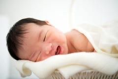Het pasgeboren Aziatische babymeisje glimlachen Stock Afbeeldingen