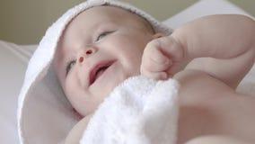 Het pasgeboren baby glimlachen stock video